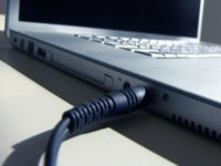 Laptop töltő csatlakozik